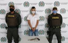 Policía Antiterrorismo captura a dos jóvenes por portar armas de fuego