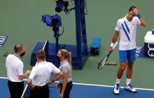 Novak Djokovic evidencia su preocupación mientras espera la decisión de los jueces tras el pelotazo.