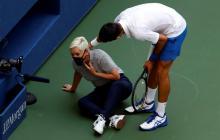 Novak Djokovic fue a revisar el estado de salud de la jueza tras el golpe sin intención.