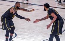 Lebron James y Anthony Davis celebran en el juego que los Lakers vencieron a los Rockets de Houston.