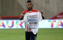 Miguel Ángel Borja celebró su gol homenajeando a las víctimas por el coronavirus.
