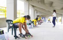"""Varias patinadoras se alistan para entrenar en la pista """"Jercy Puello"""" de Cartagena."""