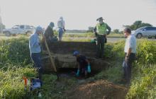 Autoridades y técnicos durante la inspección en las tuberías.