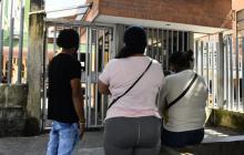 Familiares de la joven embarazada asesinada esperan en las afueras de Medicina Legal.
