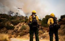 Un incendio cerca de Los Ángeles inquieta a las autoridades por su proximidad