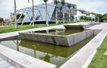 Aguas estancadas en fuentes de la Plaza de la Paz.