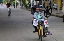 Dos usuarios se movilizan en una bicicleta por las calles de Montería.