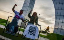 Shakira ayuda a Rey Three Latino al donarle vestuario
