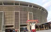 Los aficionados llegando al estadio Puskas Arena de Budapest.