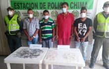 Los capturados con la droga decomisada.