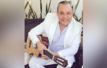 Con su guitarra este poeta ha musicalizado algunas de sus obras que luego grabaron grandes del vallenato.