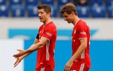 Robert Lewandowski y Thomas Müller se lamentan de la derrota en Bundesliga.