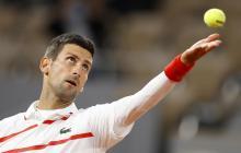 Djokovic venció sin problemas en Roland Garros y Tsitsipás avanzó con apuros