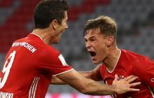 Kimmich celebra eufórico su tanto con Lewandowski.