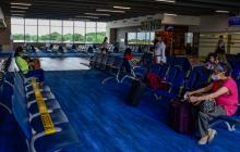 Varios pasajeros en una de las salas de abordaje del aeropuerto Ernesto Cortissoz de Barranquilla.