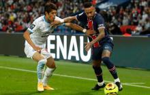 Neymar disputa una pelota con el japonés Hiroki Sakai, lateral derecho del Olympique de Marsella.