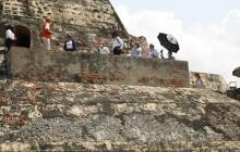 Los primeros visitantes del Castillo  San Felipe de Barajas son guiados por personal de la ETCAR y el IPCC.