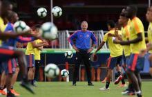 El técnico Carlos Queiroz observa el trabajo de sus jugadores en un entrenamiento de la Selección.