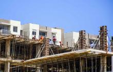 Obreros trabajan en la construcción de un edificio residencial en Barranquilla.