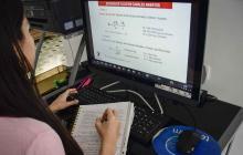 Una joven estudiante durante una de sus clases virtuales.