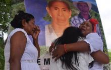 Víctimas de la masacre de El Limón, en Riohacha, se abrazan en un pedido de perdón del Gobierno nacional.