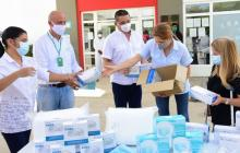 La gobernadora y la secretaria de Salud durante la entrega de los insumos médicos en un hospital.