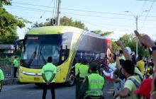 El bus en su llegada al estadio Metropolitano fue recibido por la hinchada Tricolor.