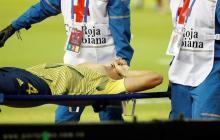 Santiago Arias cuando era retirado en camilla del gramado del estadio Metropolitano.
