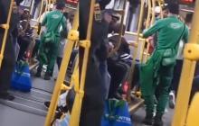 En video | ¡'Pégame tu vicio' y el Covid! Pareja de fiesta en bus