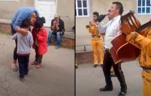 Mariachis tocaron canción a la mamá del niño que pagó con mil pesos y canicas