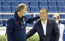 El portugués José Peseiro, entrenador de Venezuela, saludándose con su amigo y compatriota Carlos Queiroz.
