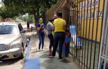 Familiares de los fallecidos en el accidente a la altura de Sitonuevo, aguardan al frente de la morgue.
