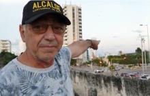 El alcalde William Dai señala el edificio Aquarela que se observa a lo lejos.