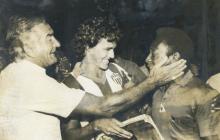 Javier Castell y José Varacka demostrando su admiración por Pelé.