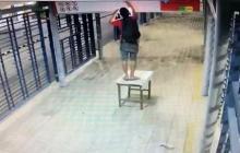 En video | Con una mesa, hombre se roba lámparas en estación de Transmetro
