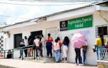 Un grupo de personas hacen fila para entrar a la Registraduría en Soledad.