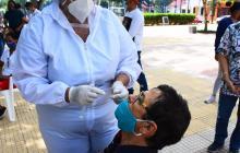 Un hombre se realiza la prueba diagnóstica para Covid-19 en el norte de la ciudad.