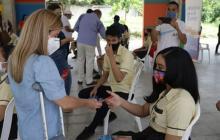 La gobernadora Elsa Noguera en una de las entregas de internet a estudiantes del Atlántico.
