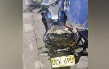 La moto en la que se movilizaba el joven.