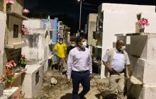 Recorrido del alcalde de Malambo por el cementerio municipal.