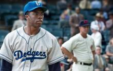 El recién fallecido actor Chadwick Boseman se metió en la piel del beisbolista Jackie Robinson.