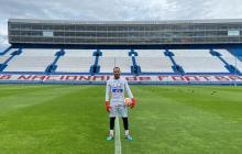Viera posó orgulloso con el buzo de Junior en el estadio de Nacional.