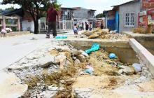 Un habitante del barrio camina por la zona afectada.