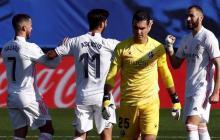 Los jugadores del Real Madrid celebran el tanto anotado por Karim Benzema.