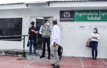 Alexander Vega a su salida de la Registraduría.
