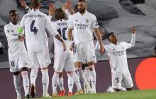 Rodrygo agradece por su gol, mientras sus compañeros celebran.