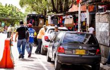 Vehículos estacionados en la semipeatonalización del Paseo Bolívar en el centro de la ciudad.
