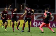 Alexis Pérez, con los brazos en alto, celebra la clasificación a los octavos de final de la Copa Sudamericana.