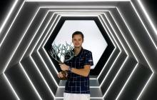 El ruso Daniil Medvedev posa con el trofeo de campeón.