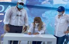 La gobernadora del Atlántico durante la firma.